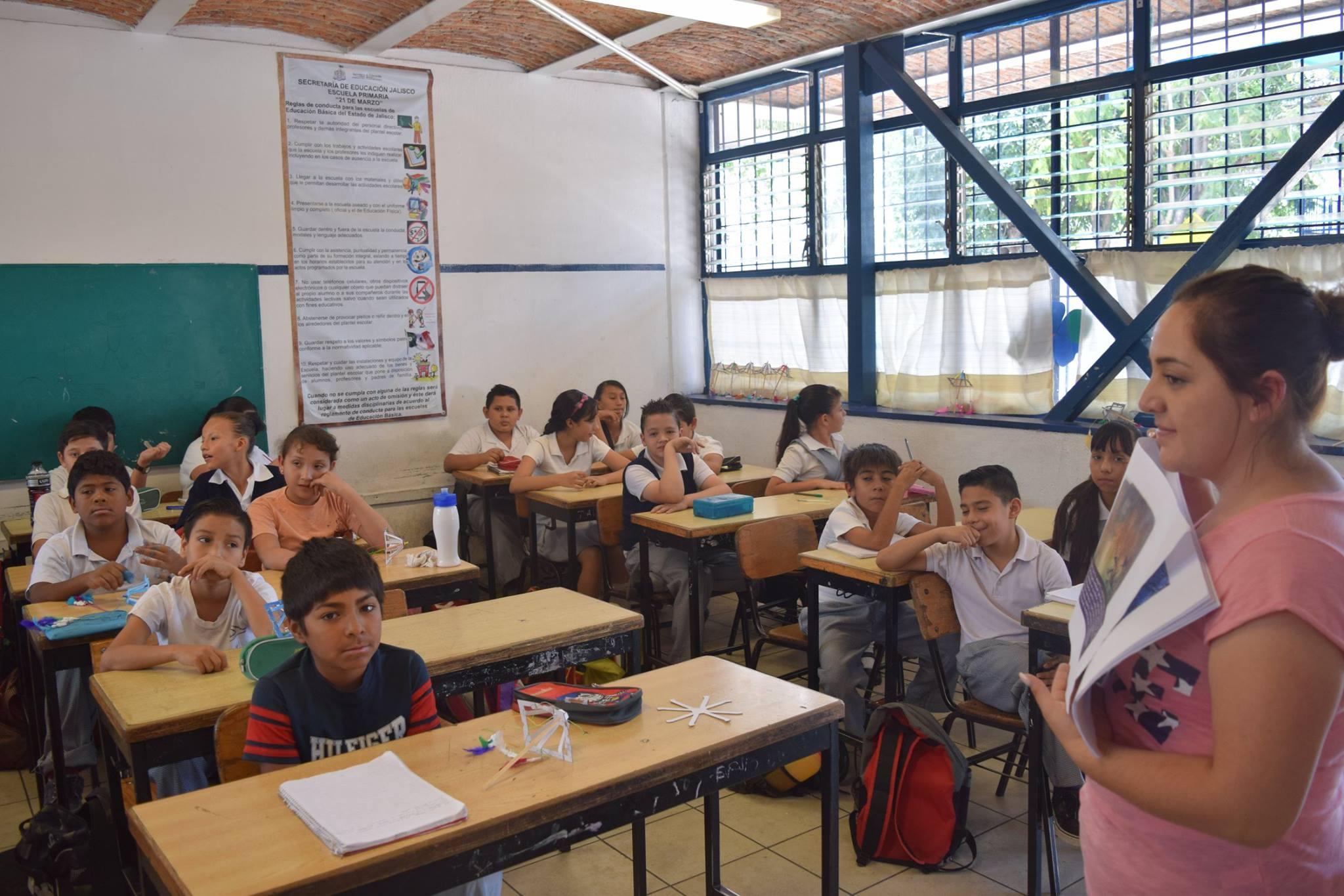 Niños de primaria en actividades del programa Letras para Volar