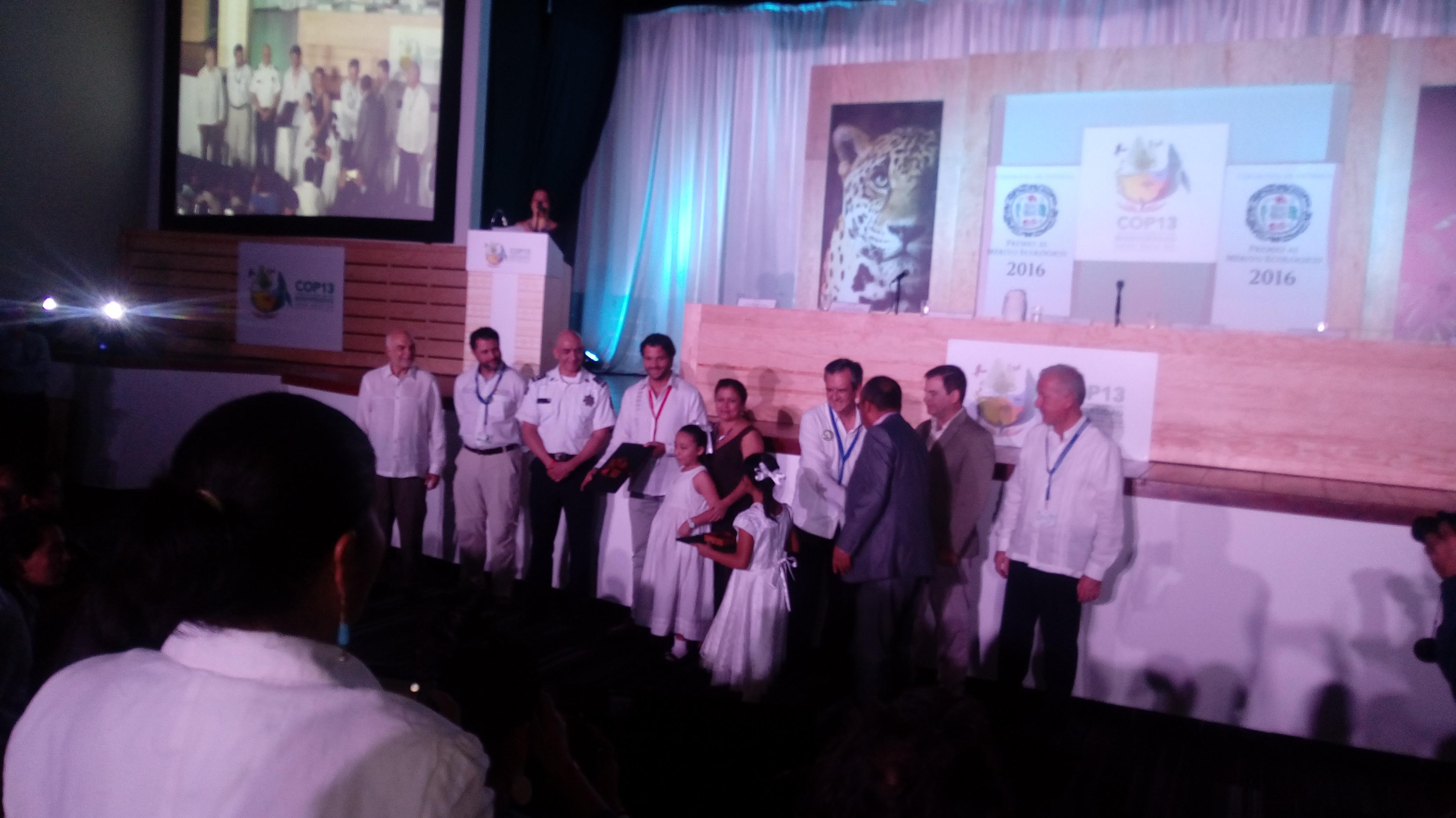 María Isabel Arreola Caro recibe el reconocimiento por parte del titular de la Semarnat