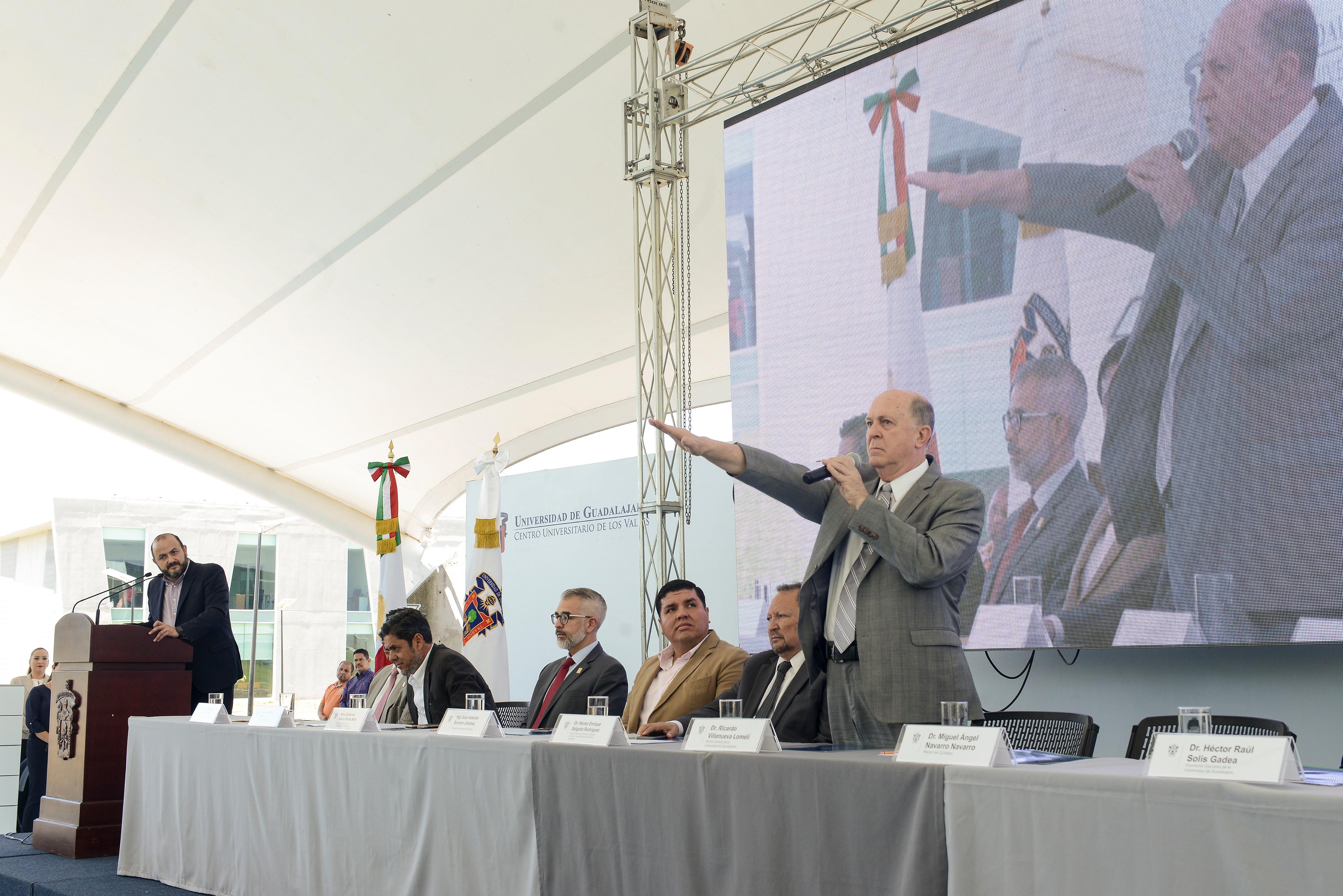 Miguel Ángel Navarro Navarro rinde protesta como Rector del CUValles