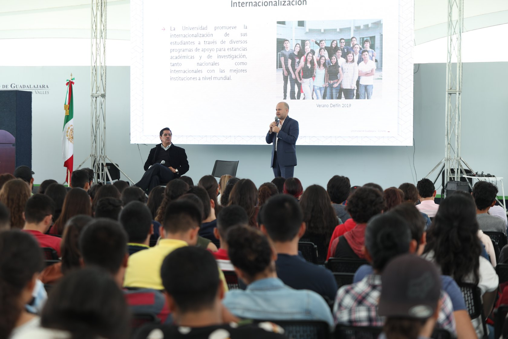 Secretario Administrativo en charla con estudiantes