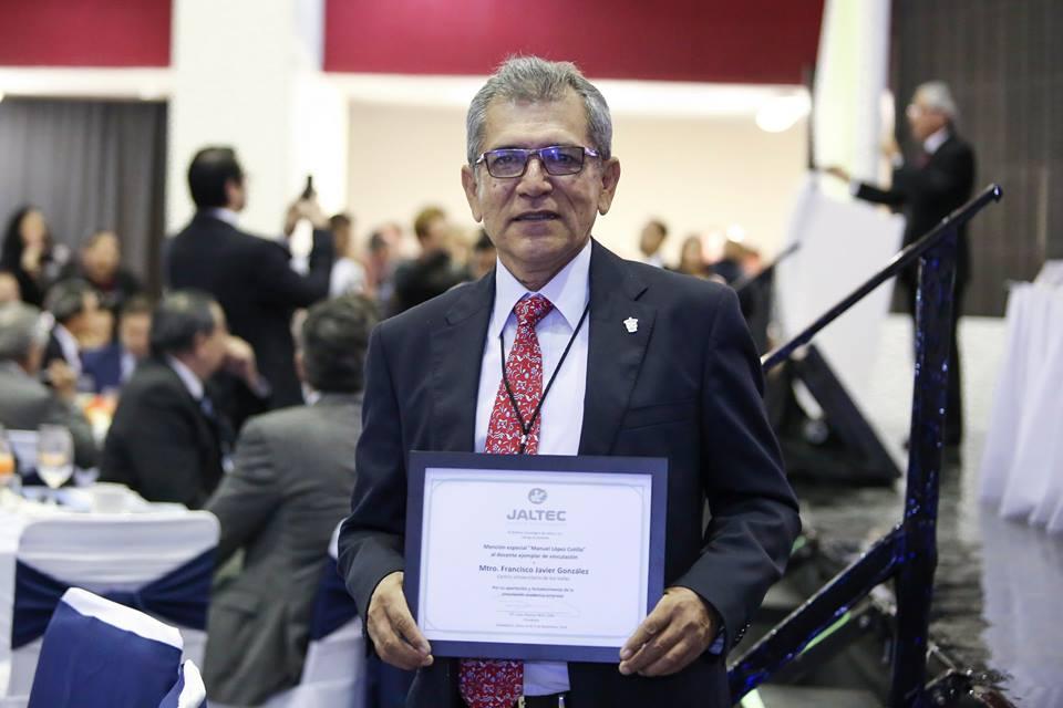 Maestro Francisco Javier González con el reconocimiento