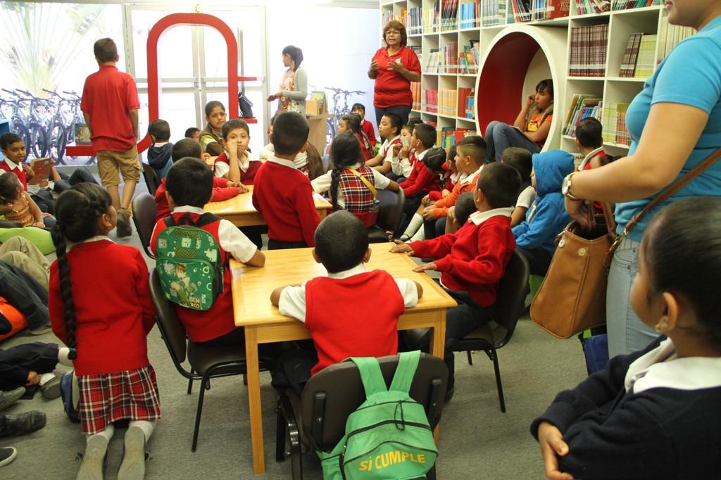 Niños en la sala de lectura infantil del CUValles