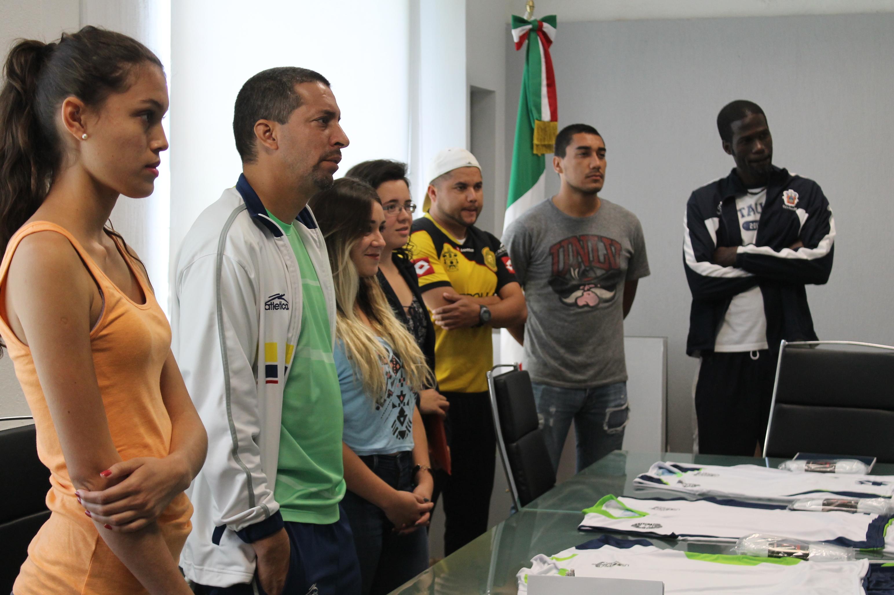 Entrenadores y deportistas reciben uniformes para las selecciones