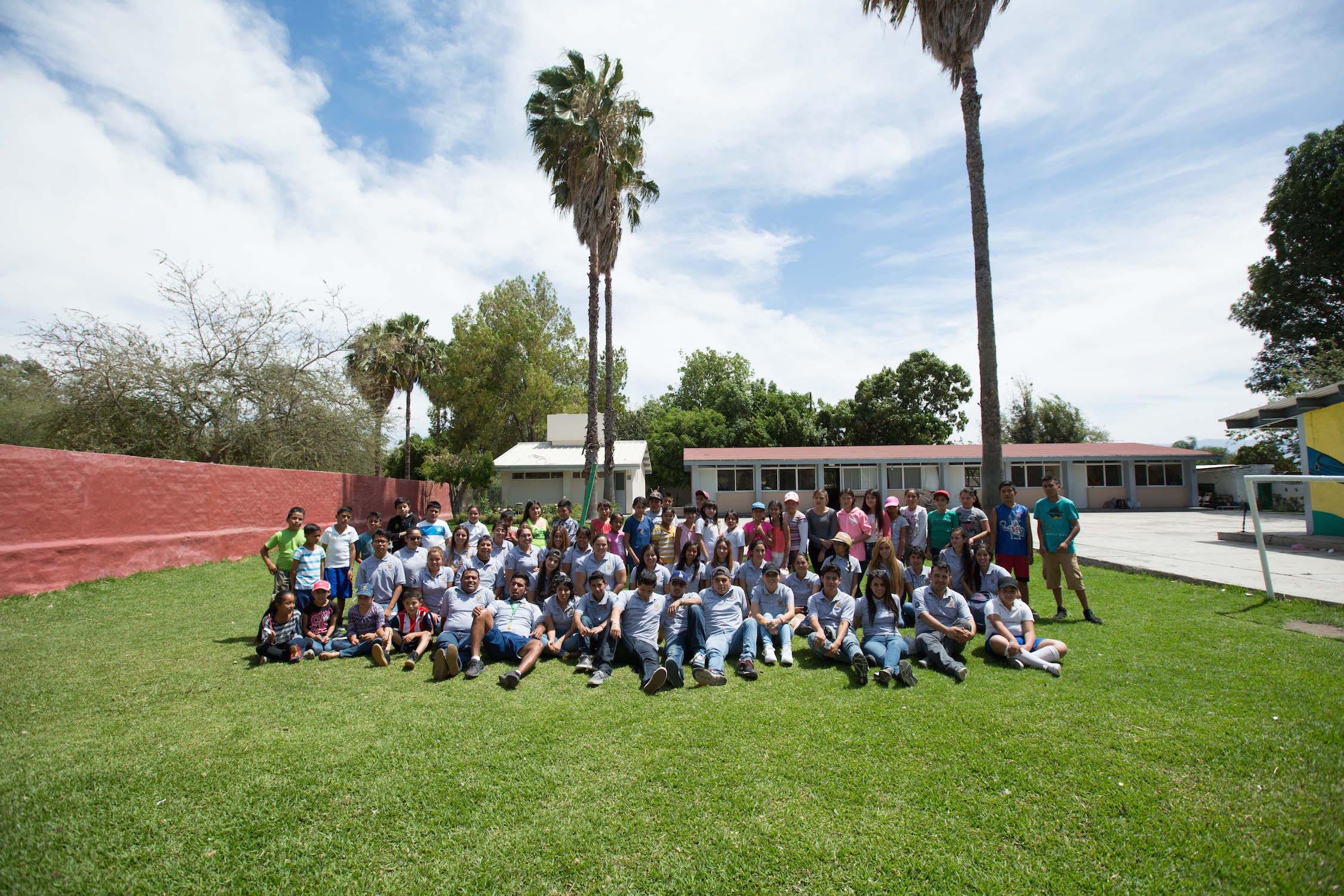 """Estudiantes del CUValles con niños de la primaria """"Narciso Medina"""""""