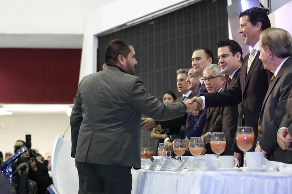 Dr. Mario Martínez recibe el reconocimiento de manos del gobernador de Jalisco, Aristóteles Sandoval