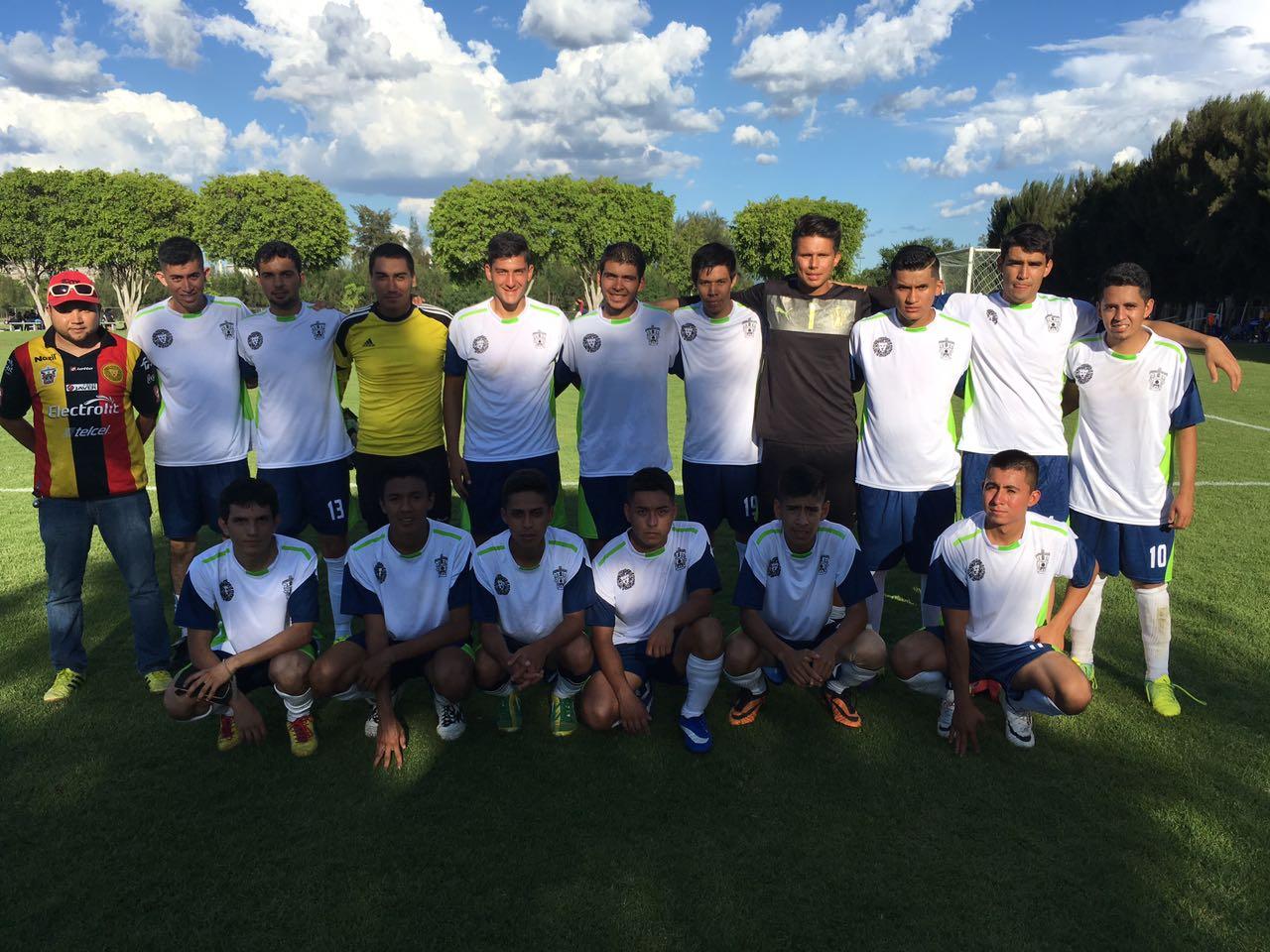 Los dieciseis integrantes de la selección varonil de futbol y su entrenador