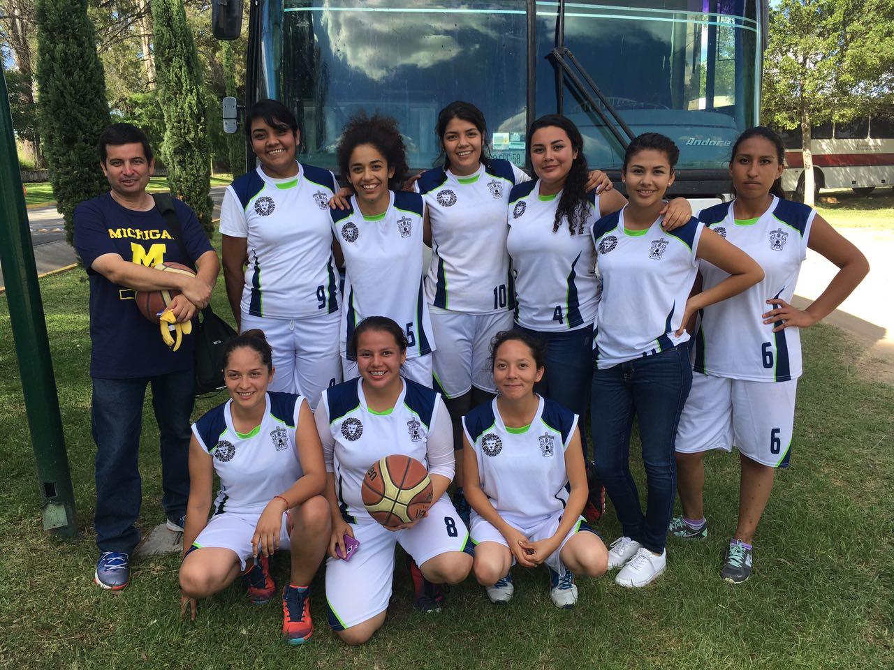Las nueve seleccionadas del equipo femenil de basquetbol y su entrenador