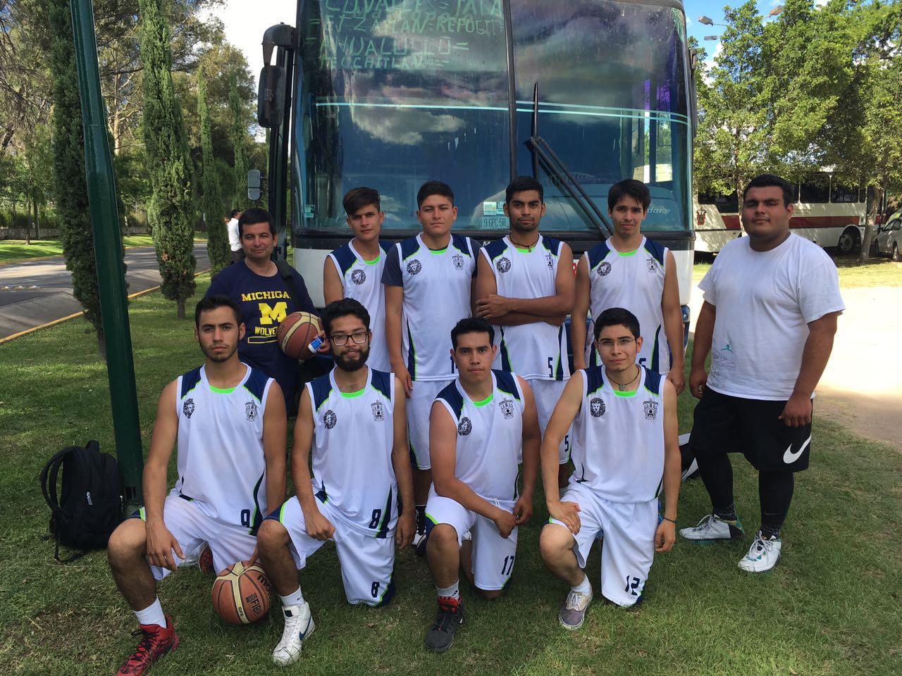 Los ocho seleccionados del equipo varonil de basquetbol y su entrenador