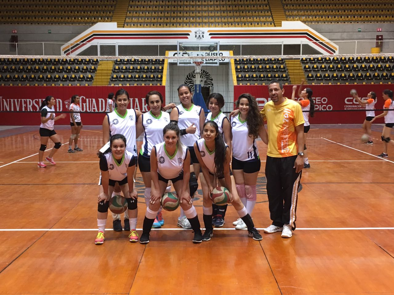 Las ocho integrantes de la selección femenil de voleibol y su entrenador