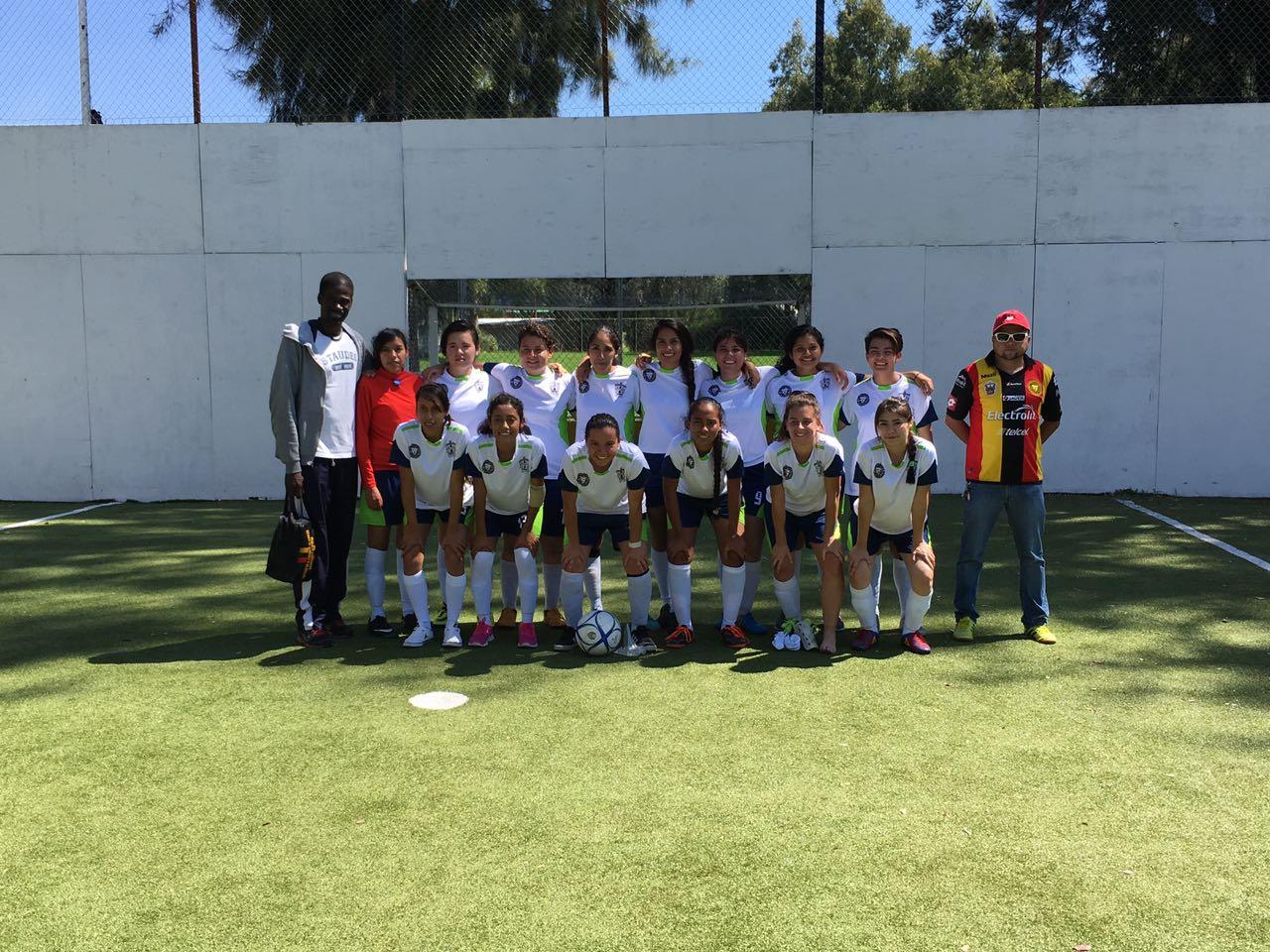 Las catorce integrantes de la selección femenil de fútbol bardas, su entrenador y el responsable de deportes