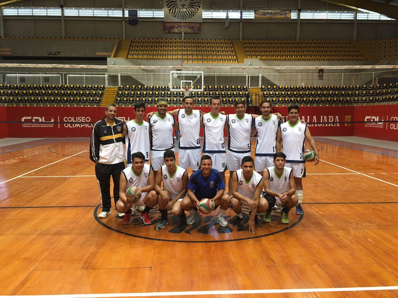 Los doce integrantes de la selección varonil de voleibol y su entrenador